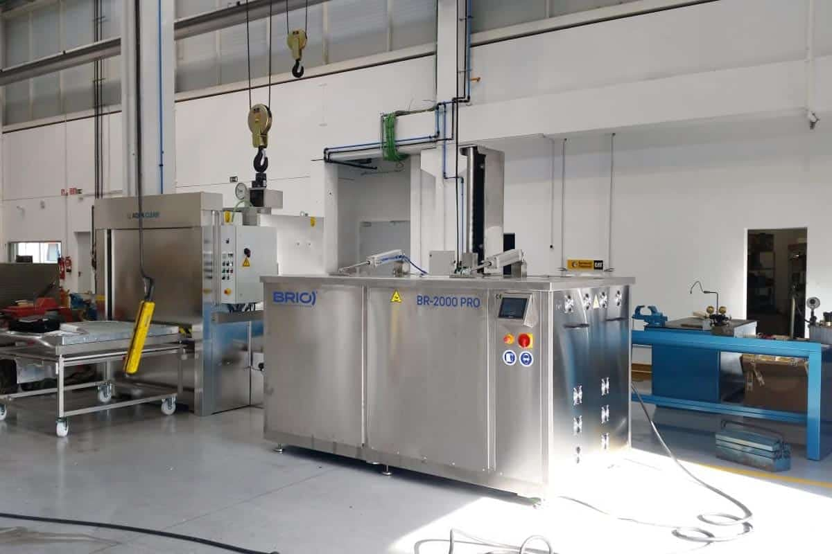 Muestra de maquina de limpieza por ultrasonidos instalada en un taller de mantenimiento naval.
