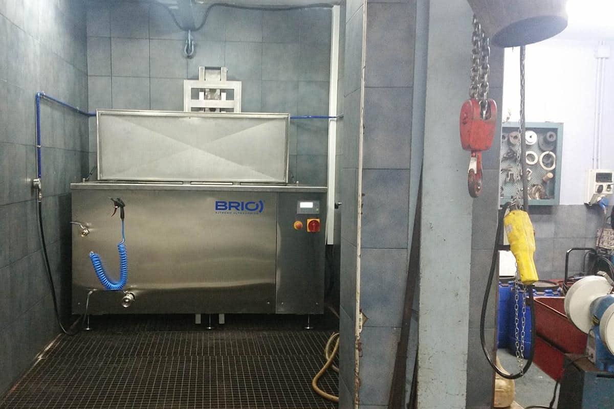 maquina de limpieza por ultrasonidos instalada en un taller de mantenimiento naval. En zona con desague.